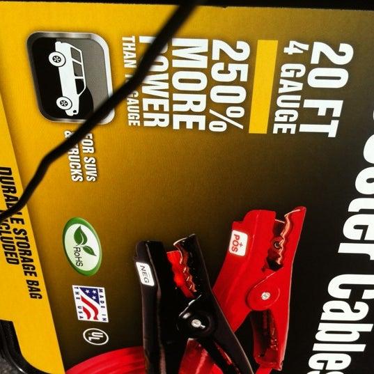 Das Foto wurde bei Walmart von TWELVE AND TWO C. am 11/29/2012 aufgenommen