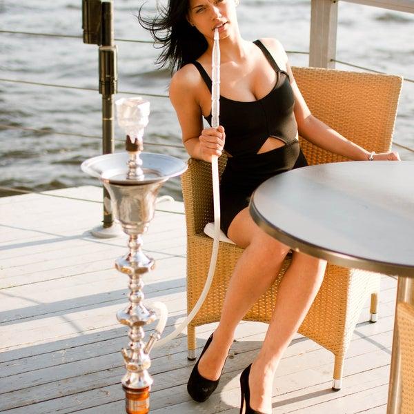 Кальяны с охлаждаемой шахтой системы «Холодный дым», эксклюзивный кальян Platon ручного изготовления, а также европейские, арабские и авторские подачи фруктовых чаш. В дневное время скидки (с14.00)!
