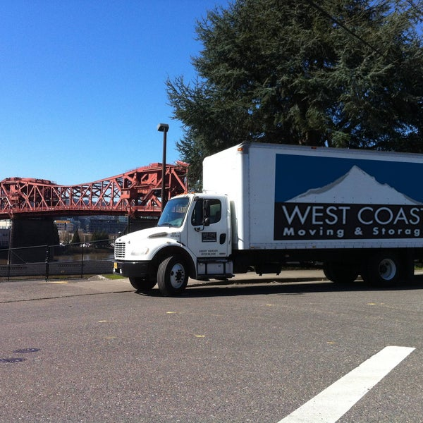 Foto tomada en West Coast Moving & Storage  por Doug S. el 1/13/2016