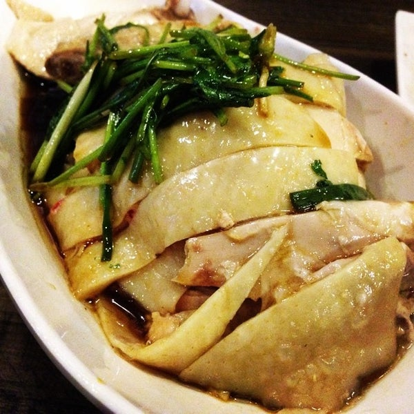 Photo taken at 五星海南鸡饭 | Five Star Hainanese Chicken Rice by Phil L. on 6/13/2014