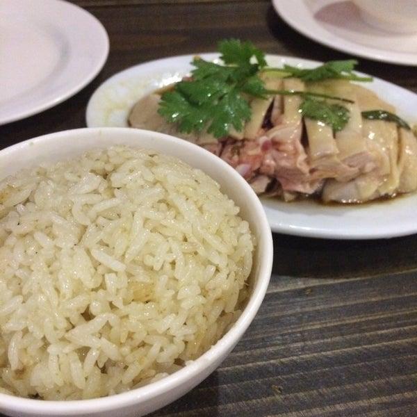 Photo taken at 五星海南鸡饭 | Five Star Hainanese Chicken Rice by Ellen C. on 8/7/2014