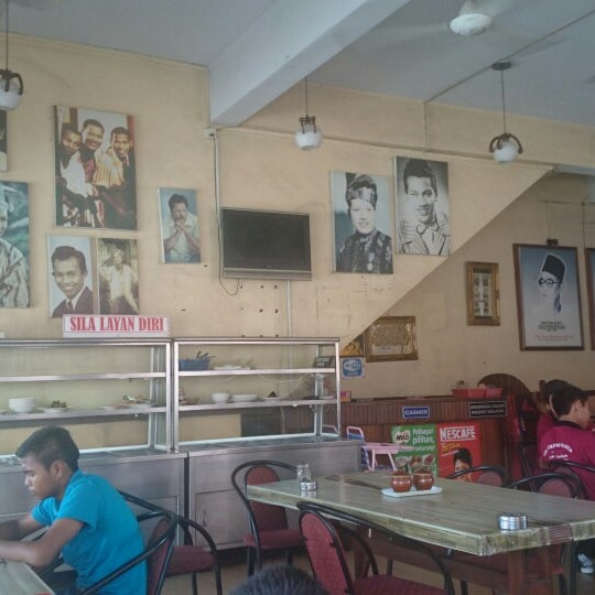 Photo taken at Restoran Pinang Sebatang by Mohd Nazir D. on 6/5/2014