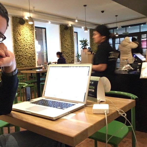 Снимок сделан в Joly Woo Стрит-фуд кафе вьетнамской кухни пользователем Artemy U. 2/1/2018