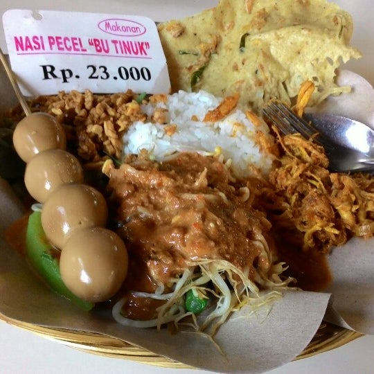 Photo taken at Nasi Pecel Bu Tinuk by Haru E. on 10/25/2014