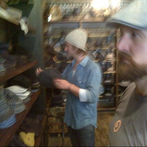 Снимок сделан в Goorin Bros. Hat Shop - West Village пользователем Stephen L. 10/14/2012
