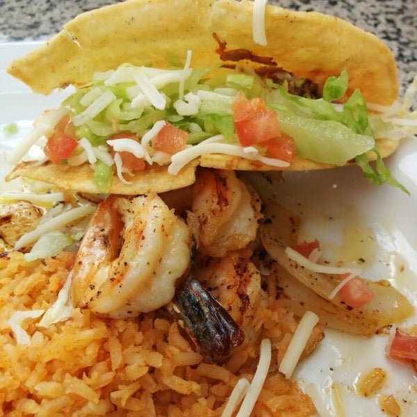 Photo taken at Genoveva's Fine Mexican Food & Grill by Osvaldo M. on 5/6/2014