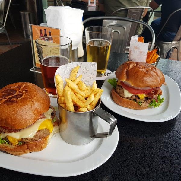 El camote frito es bueno, pero las hamburguesas no son extraordinarias. La carne está muy condimentada y salada. Es bueno para venir una vez y conocerlo, pero no más.