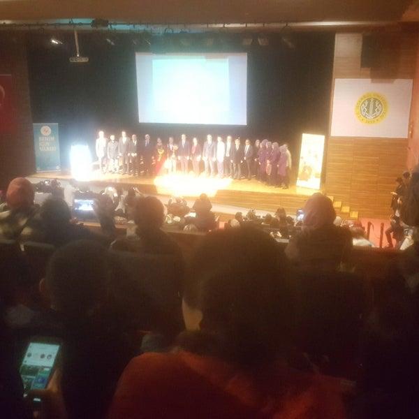 รูปภาพถ่ายที่ İstanbul Üniversitesi Kongre Kültür Merkezi โดย Murat Ç. เมื่อ 12/21/2017