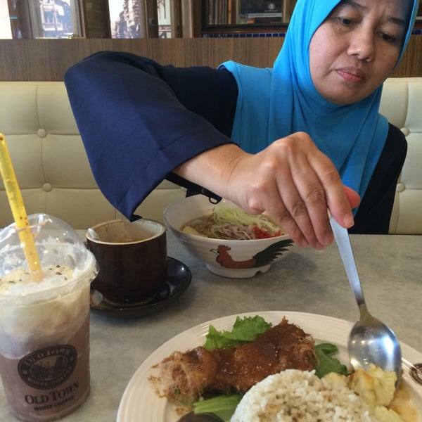 Photo taken at OldTown White Coffee by Sharifah H. on 3/12/2016