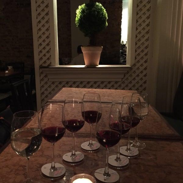 Ambiente e serviço deliciosos, agora fazem happy hour todos os dias! Amei o happy wine, o happy hour de vinhos das quintas feiras. Experimentei 3 taças e estavam todas ótimas! Recomendo!!