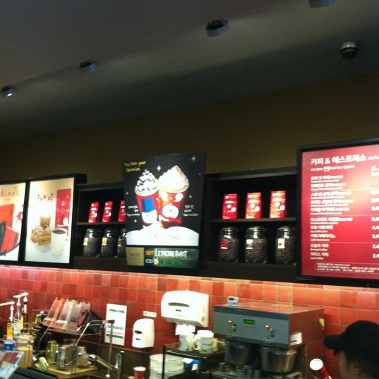 Photo taken at Starbucks by HakSuh K. on 11/25/2012