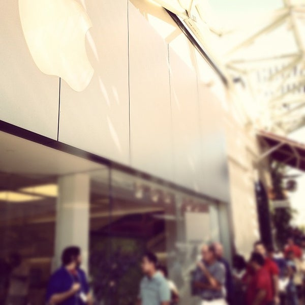 Photo taken at Apple La Cantera by Buqing on 9/21/2012