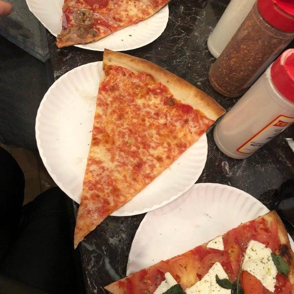 Foto tomada en Joe's Pizza por Seçil K. el 1/18/2018