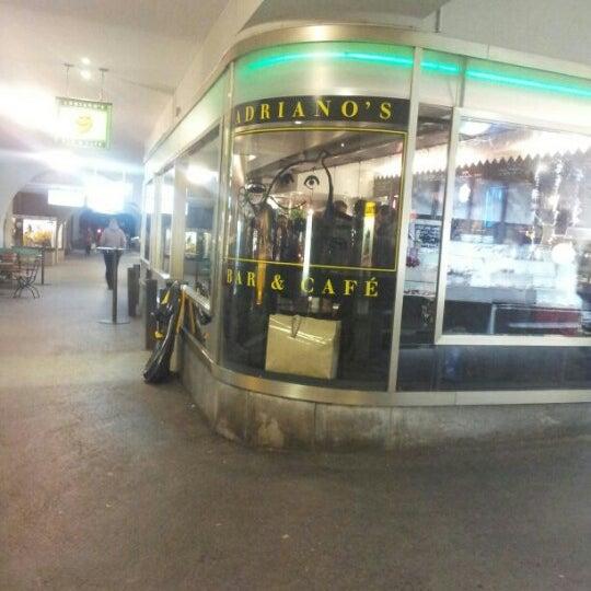 Das Foto wurde bei Adriano's Bar & Café von Yuri L. am 12/12/2012 aufgenommen