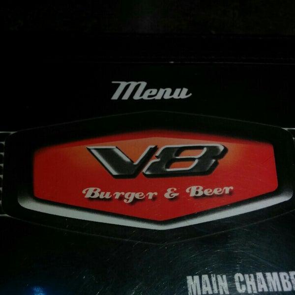 Foto tirada no(a) V8 Burger & Beer por Paulo A. em 12/1/2015