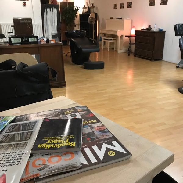 Das Foto wurde bei Herrenzimmer - Barbier Sven Reisner von Kaffeerösterei r. am 9/25/2017 aufgenommen