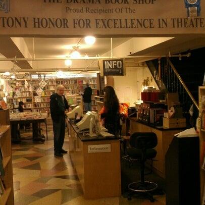 Foto tomada en Drama Book Shop por Joseph B. el 12/31/2012