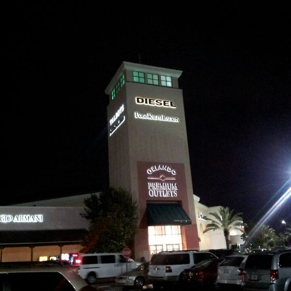Photo taken at Orlando Vineland Premium Outlets by Luis G. on 5/25/2013