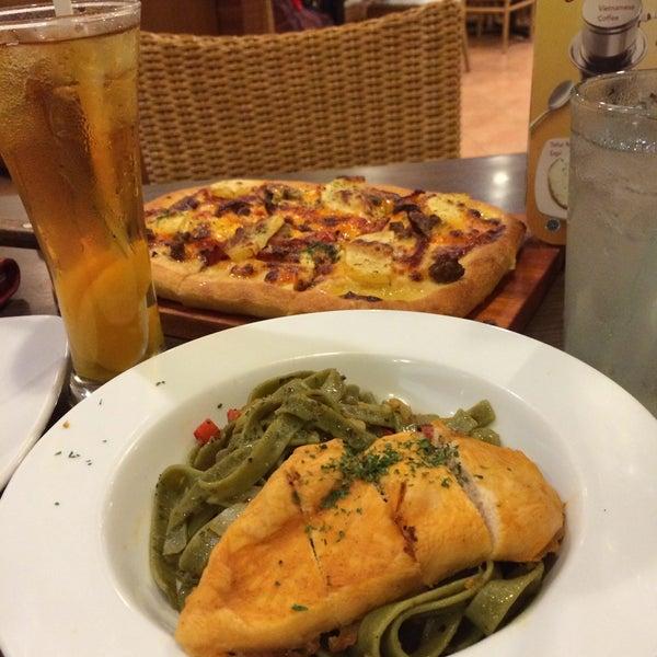 Photo taken at Pizza Hut by Oktavieni M. on 4/9/2015