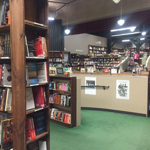 รูปภาพถ่ายที่ Tattered Cover Bookstore โดย Michael M. เมื่อ 10/1/2016