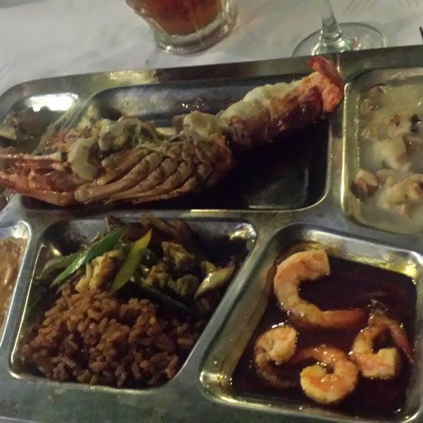 El plato tentación de Zeus estaba bien, pero el Neptuno estaba mejor, el arroz Creole también estaba muy bueno