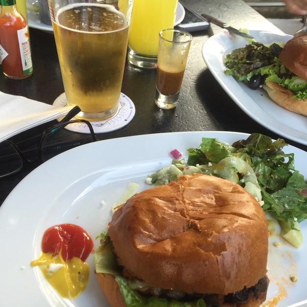 Foto tomada en Duke's Burgers & Beer por Tono T. el 10/2/2016