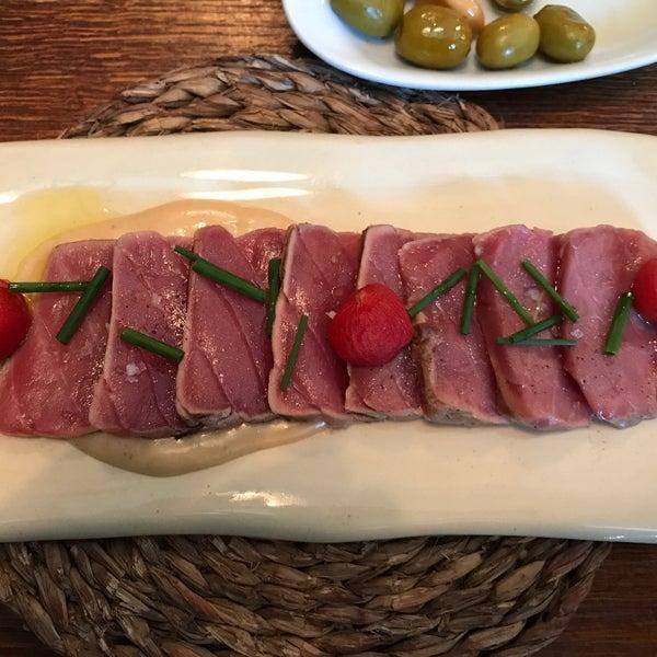 Блюда тут вкусные, но цены высокие, а порция больше похожа на закуску. На фото: порция тунца за 18 евро.