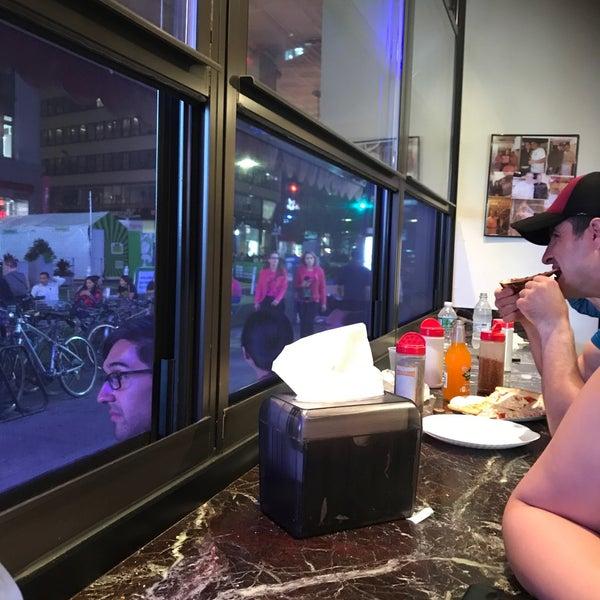 Foto tomada en Joe's Pizza por Bee R. el 6/22/2018