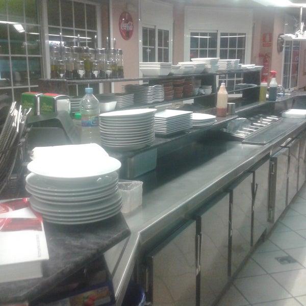 Hola a todos, os queremos enseñar a aquellos que no nos conocéis nuestra cocina, es una cocina vista, desde las mesas se puede ver como se elaboran el servicio, único en la zona.