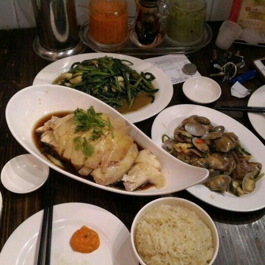 Photo taken at 五星海南鸡饭 | Five Star Hainanese Chicken Rice by Yaou Z. on 10/5/2015