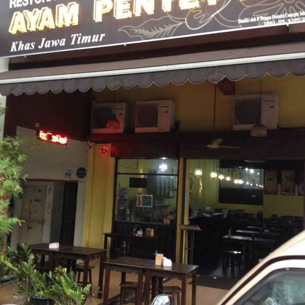 Photo taken at Ayam Penyet Ria by Syahir M. on 3/21/2015