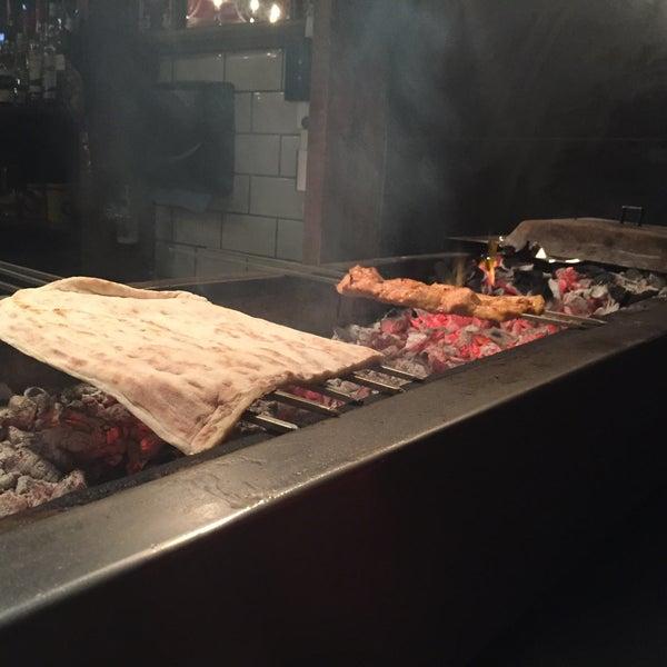 Photo prise au Makara Charcoal Grill & Meze par Amin A. le11/27/2015