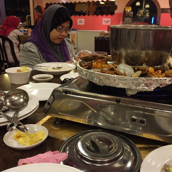 Photo taken at Mak Engku Steamboat & Grill by Aein N. on 3/27/2015