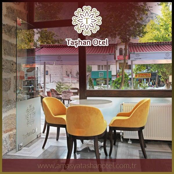 Kafeteryamız Kral Kaya Mezarlıkları manzaralı olup ayrıca sohbetlerinizi daha da keyifli kılacaktır. Sizleri tarihin kokusuyla bütünleşen otelimizde konuk etmekten memnuniyet duyacağız.