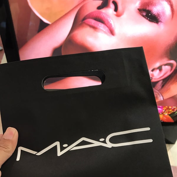 Photo taken at MAC Cosmetics by Zaireen Z. on 6/4/2017