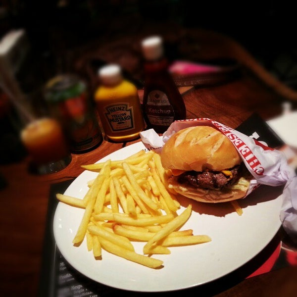 Photo taken at Madero Burger & Grill by Fernanda G. on 1/29/2013