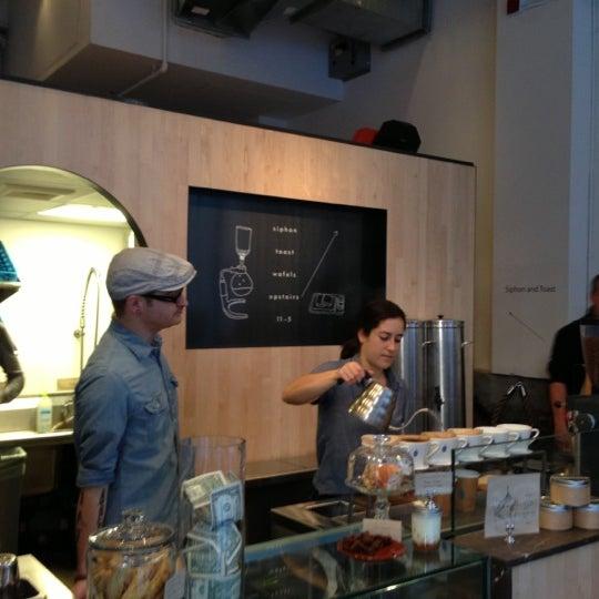 Снимок сделан в Blue Bottle Coffee пользователем John C. 11/23/2012