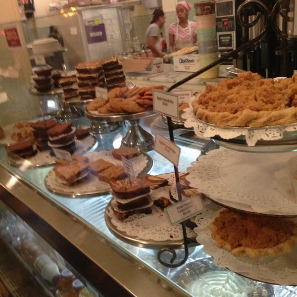 Photo taken at Magnolia Bakery by Alison G. on 4/27/2013