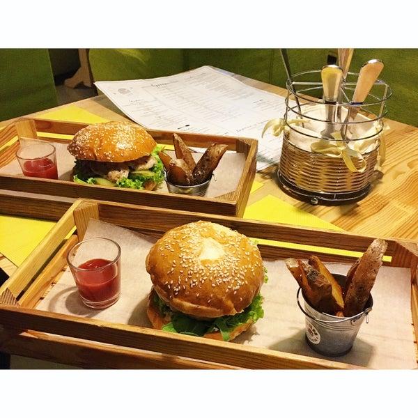 Снимок сделан в Fan Burger Bar пользователем Aleksandra V. 4/27/2016