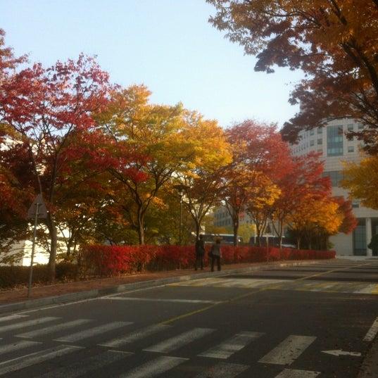 Photo taken at 삼성생명 휴먼센터 by Guo T. on 10/26/2012