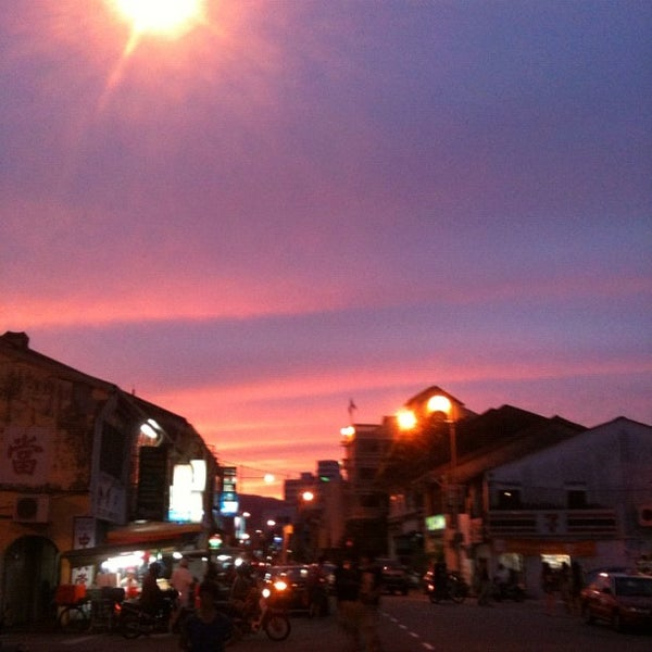 Photo taken at Chulia St. Night Hawker Stalls by Matthew K. on 9/30/2012