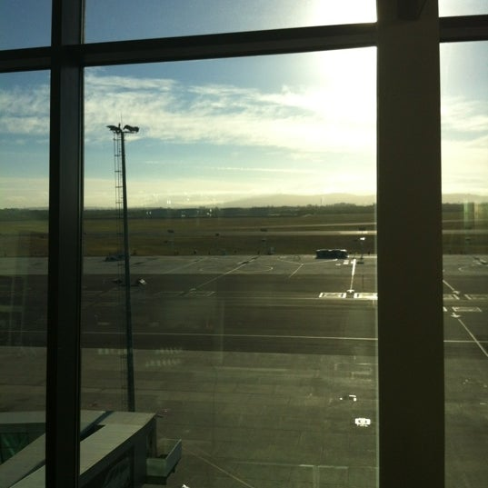 Photo taken at SAA Business Lounge by Lesley-Anne B. on 3/27/2012