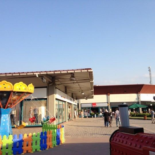 7/21/2012 tarihinde Burak B.ziyaretçi tarafından Outlet Center'de çekilen fotoğraf
