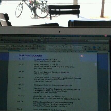 รูปภาพถ่ายที่ Starbucks โดย Cindy C. เมื่อ 8/31/2012