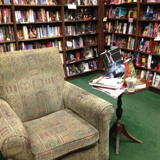 รูปภาพถ่ายที่ Tattered Cover Bookstore โดย Lynn เมื่อ 12/6/2012