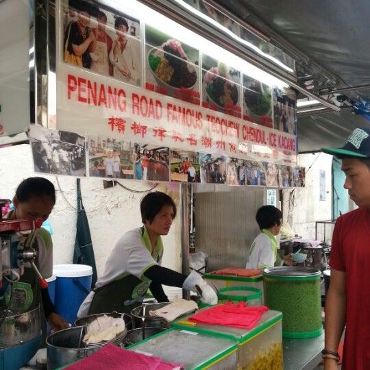 Photo taken at Penang Road Famous Teochew Chendul (Tan) by Badai A. on 12/5/2012