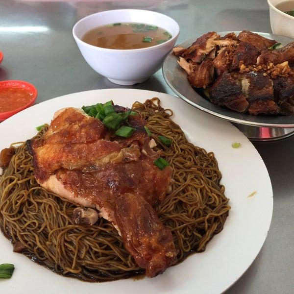 Photo taken at Restoran Chan Meng Kee (陈明记面家) by HeeHan L. on 6/18/2017