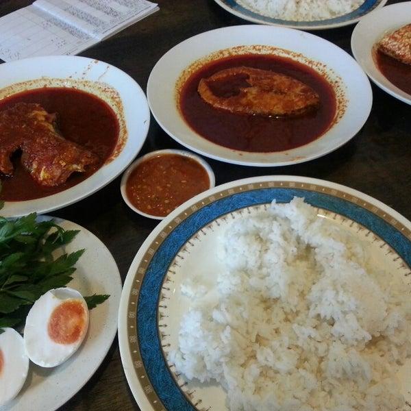 Photo taken at Restoran Mimpi Muor by Emy Mellisa on 8/10/2014