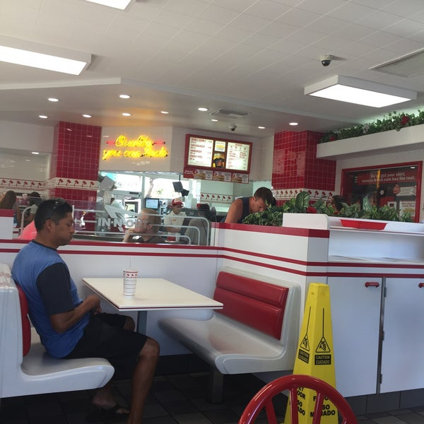 Photo taken at In-N-Out Burger by George H. on 7/8/2017