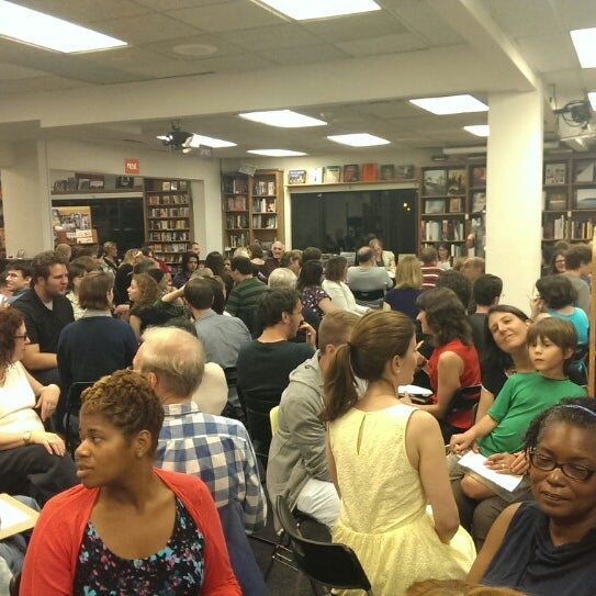 Foto tirada no(a) Politics & Prose Bookstore por Ashley S. em 7/28/2013